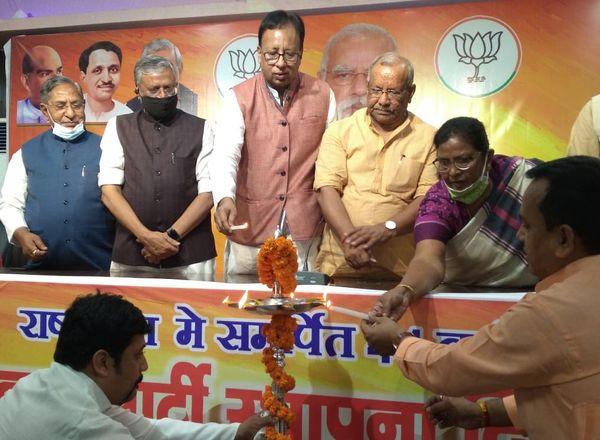 पटना में पार्टी स्थापना दिवस का उद्घाटन करते भाजपा के वरिष्ठ नेता।