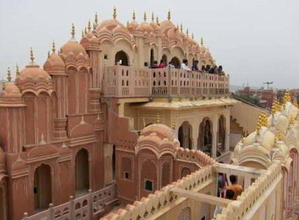 हवामहल की पांचवीं मंजिल का नाम हवा मंदिर है। यहां से आप जयपुर शहर का दृश्य देख सकते है