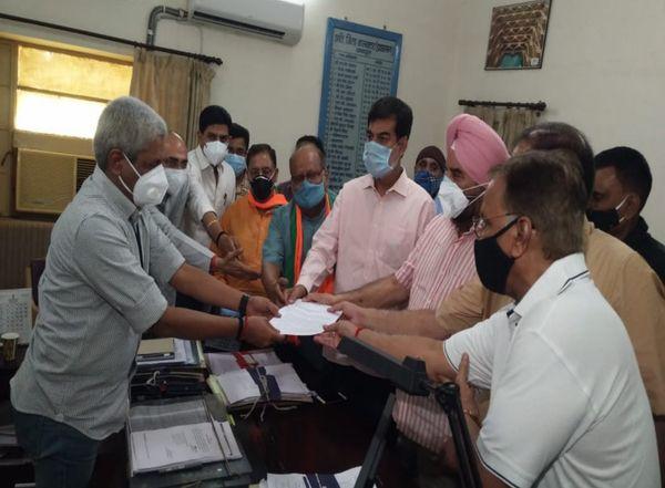जयपुर कलेक्ट्रेट में एसडीएम को ज्ञापन सौंपते भाजपा नेता