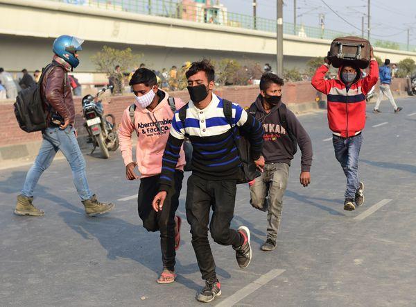 हिंसा भड़कते देख रेलवे स्टेशन जा रहे आम लोग डर गए और सुरक्षित स्थानों पर भागने लगे।