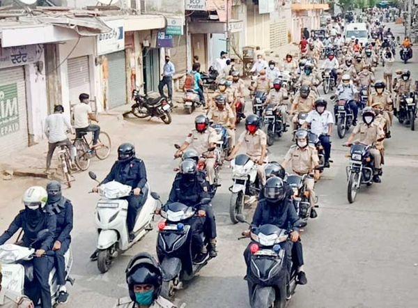 महिला पुलसकर्मियों को भी एक वाहन पर दो-दो कर बैठा दिया गया।