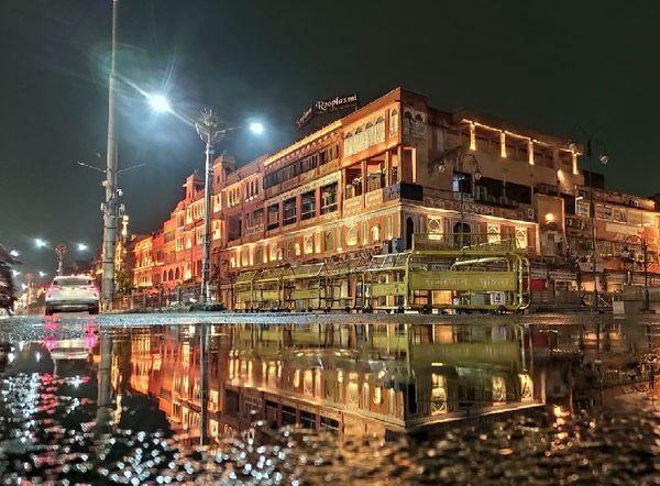 जयपुर के बड़ी चौपड़ इलाके में बारिश के बाद सड़कों पर जमा पानी।