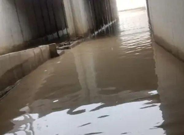 पाली जिले में सबलपुरा के निकट रेलवे समपार फाटक पर भरा बारिश का पानी।