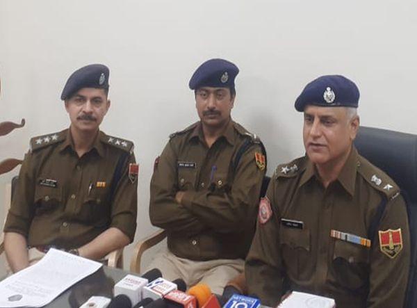 बैंक में डकैती करने वाले गैंग का खुलासा करते हुए DSP प्रदीप मोहन शर्मा, ASP हरिशंकर शर्मा और एडिशनल DSP प्रकाश शर्मा