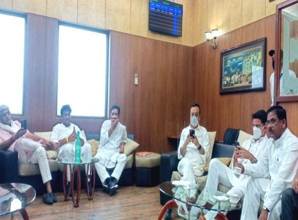 एयरपोर्ट के वेटिंग रूम में सचिन पायलट, अजय माकन और केंद्रीय मंत्री शेखावत साथ बैठे।