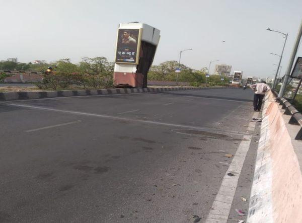 दुर्गापुरा पुलिया पर इस जगह कार पलटकर एडवरटाइजिंग पोल से टकरा गई