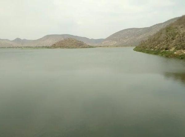 ये सिलीसेढ़ बांध का नजारा। चारों तरफ पहाड़ी, हरियाली और पानी।