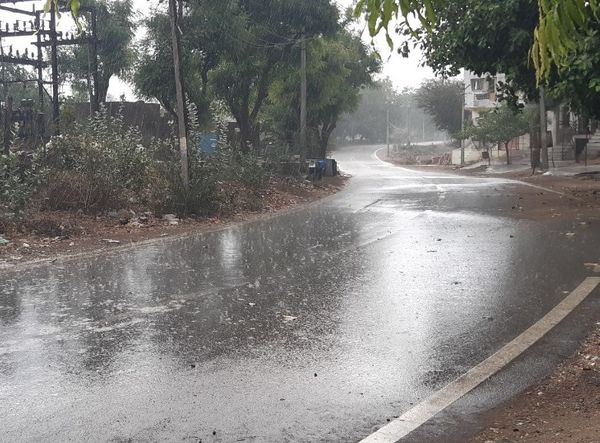 सिरोही जिले में दिन में तेज बारिश हुई।