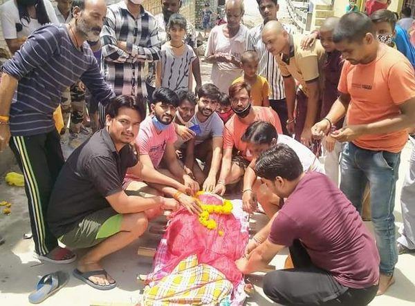 लंगूर का हिंदू रीति रिवाज के तहत अंतिम संस्कार किया।