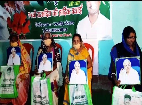 राघोपुर में महिलाओं को साड़ी और लालू यादव की फोटो देकर सम्मानित किया गया।