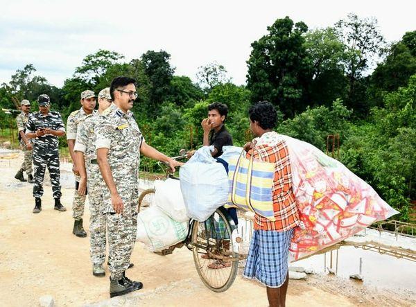 बस्तर IG ने ग्रामीणों से पूछा- पुल बन रहा है आप लोग खुश तो हैं।