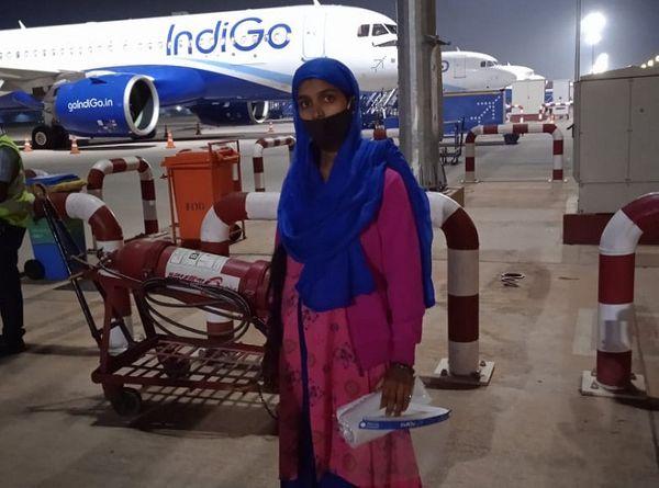 बेंगलुरू एयरपोर्ट पर उड़ान से पहले मां ललिता।