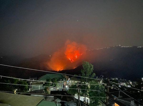 शहर से आग का नजारा किसी ज्वालामुखी से कम नहीं लग रहा था।