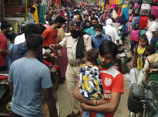 मधुबनी में लॉकडाउन की खबर के बाद उमड़ी भीड़।