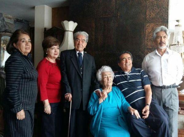 क्वीटो के अपने घर पर परिवार के सदस्यों के साथ जुलियो और वाल्ड्रमिना।