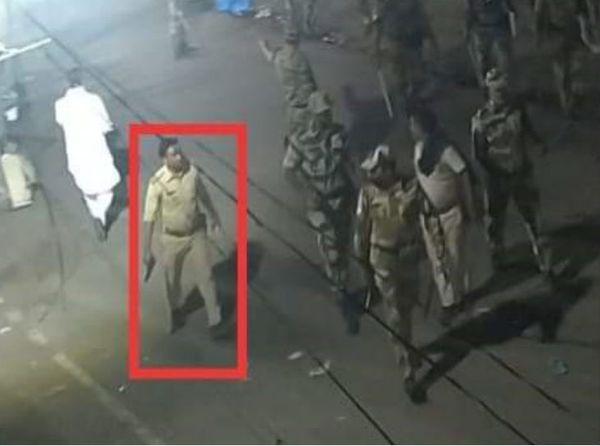उपद्रव के दौरान हाथ में पिस्टल लिए हुए बासुदेवपर थाने का दारोगा