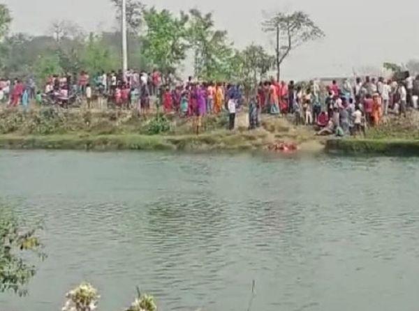 नहर से ग्रामीणों ने निकाला शव और उसे देखने उमड़ी भीड़।