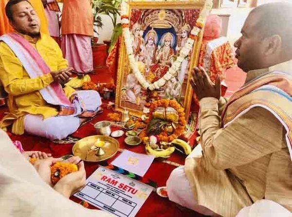 રામલલાની તસવીર મૂકીને રામ મંદિર પરિસરમાં પૂજા કરવામાં આવી હતી.