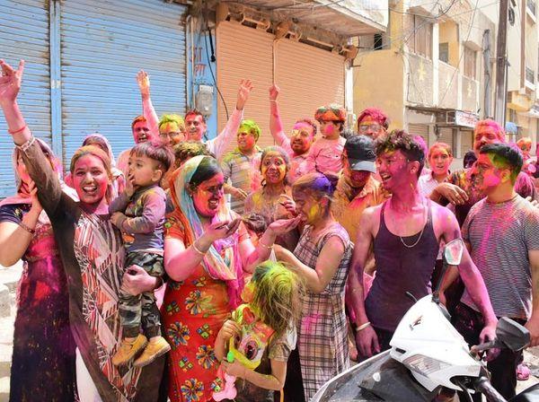 बीकानेर में सामूहिक रूप से महिला-पुरुष होली का आनंद उठा रहे हैं।