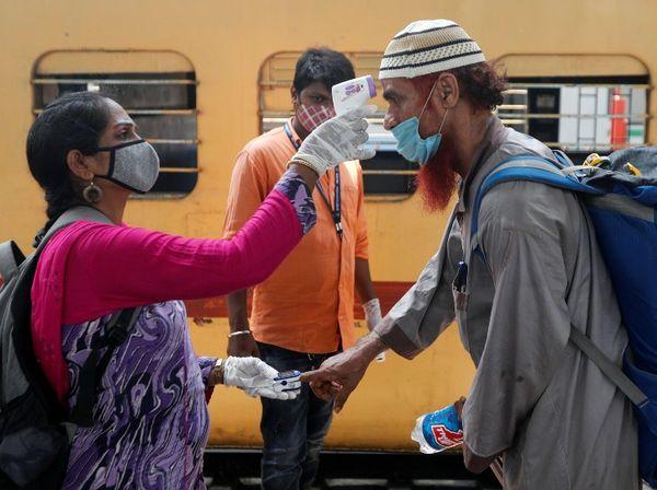 कोरोना के खतरे को देखते हुए BMC के कर्मचारी अब फिर से स्टेशनों पर चेकिंग अभियान चला रहे हैं।