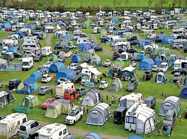 ब्रिटेन कोरोना के मामले बढ़ने लगे हैं इसके बावजूद भी भीड़ जुट रही है।