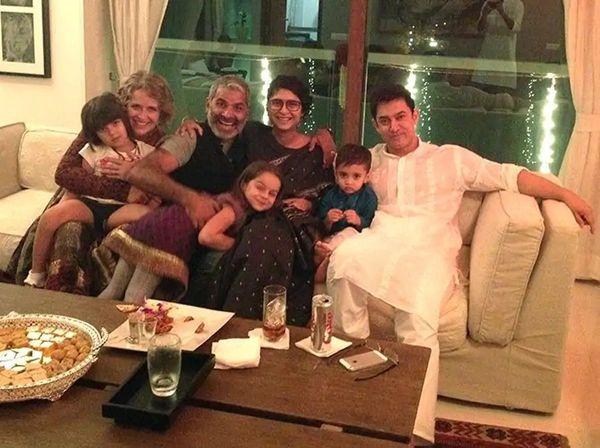 आमिर और किरण के साथ अमीन हाजी और उनकी पत्नी। आमिर और अमीन दोनों ही बहुत गहरे दोस्त हैं। हाल ही में अमीन की डायरेक्टेड फिल्म कोई जाने ना में आमिर ने एक डांस नंबर भी किया था।