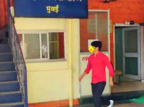 चौकशीसाठी वांद्रा पोलिस स्टेशनमध्ये जाताना संदीप सिंह