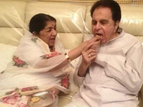 लता मंगेशकर ने अपने 98वें जन्मदिन पर ये फोटो सोशल मीडिया पर शेयर कर दिलीप साहब को विश किया है.  दिलीप कुमार अपनी छोटी बहन मानते थे।