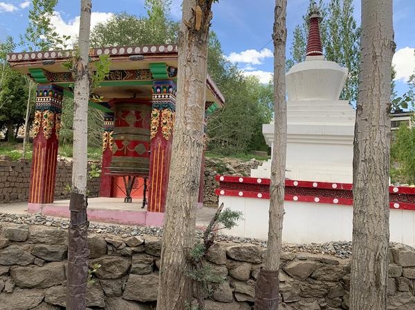 अप्रैल में आबाद रहने वाले लद्दाख के पर्यटन स्थल सूने पड़े हुए हैं।
