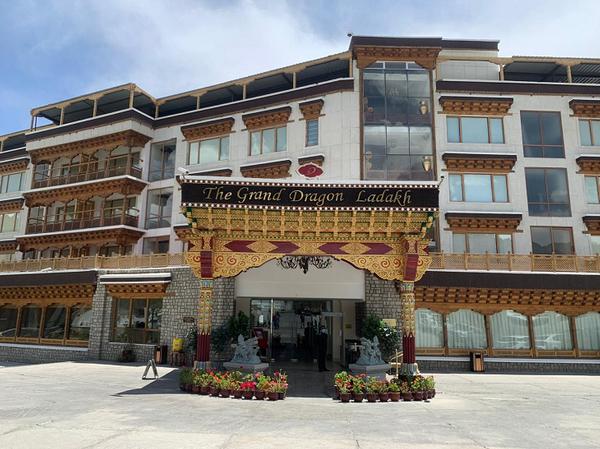 फिलहाल लद्दाख में सिर्फ दो होटल ही खुले हैं और उन दोनों में ठहरनेवाले बस मीडिया के लोग हैं जो चीन सीमा पर बिगड़े हालात के बाद यहां पहुंचे हैं।