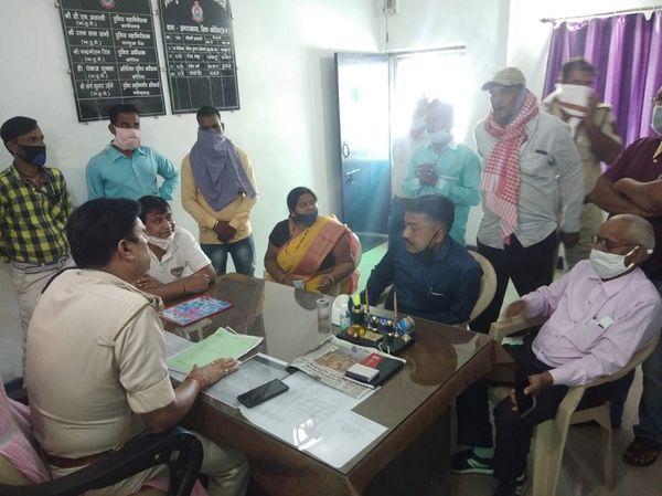 पुलिस ने उन्हें बताया कि पार्षद और उसकी पत्नी के खिलाफ केस दर्ज किया गया है। दोनों को जमानत दे दी गई। अब आगे की कार्रवाई कोर्ट करेगा।