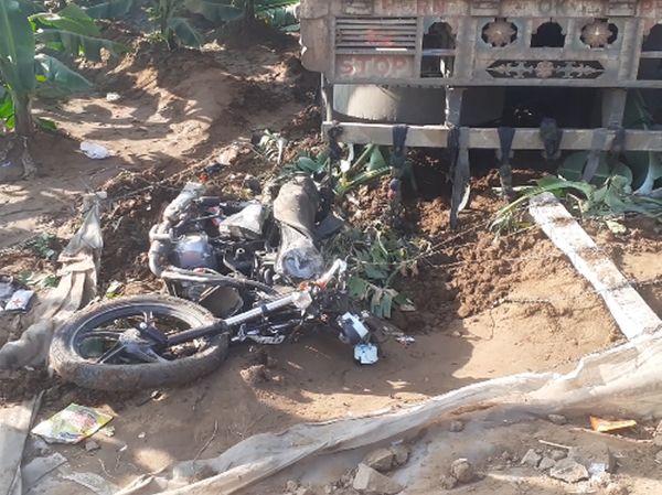 हादसे के बाद टेंपो चालक फरार हो गया।