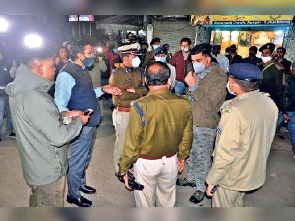 एसएसपी से घटना की जानकारी लेते डीसी और डीआईजी