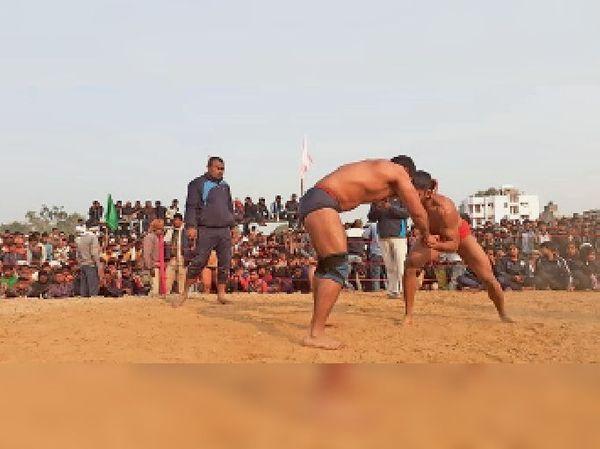 राज्यस्तरीय प्रतियोगिता में कुश्ती लड़ते पहलवान।