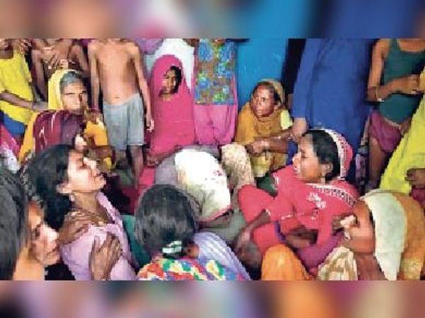 कवैया गांव में छह बच्चों की मौत के बाद विलाप करती बच्चे की मां और परिजन।