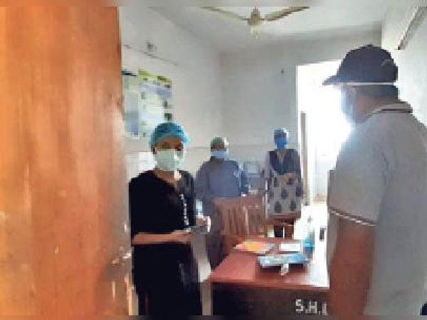 कोविड वार्ड में नर्स को निर्देश देते कार्यपालक दंडाधिकारी।