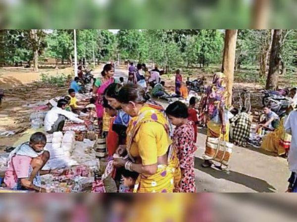 गुमझीर में लगा साप्ताहिक बाजार जहां बाहर से व्यापारी पहुंचे, दिनभर खरीदारी करने ग्रामीणों की भीड़ रही।