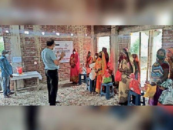बसंतपुर में राहत सामग्री का वितरण करते लोक भारती सेवा आश्रम के लोग।