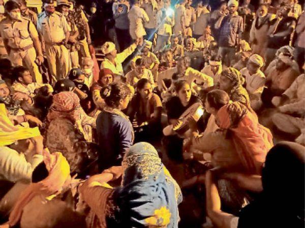 टोहाना। रात को सदर थाने में धरने पर बैठे किसान, इनमें काफी महिलाएं भी शामिल रही।