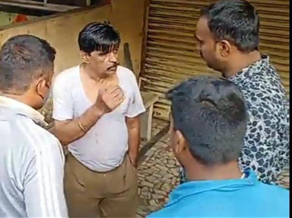 वारदात के बाद पड़ोसियों से बात करते हुए आरोपी पुलिसकर्मी।