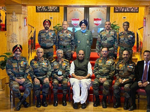 रक्षा मंत्री राजनाथ सिंह ने भारतीय सेना की उत्तरी कमान के वरिष्ठ अधिकारियों से मुलाकात की।