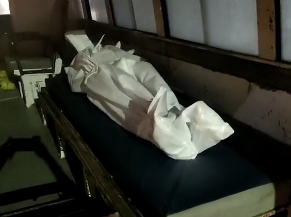 એક જ એમ્બ્યુલન્સમાં કોરોનાના બે મૃતદેહ થલતેજ સ્મશાનમાં લાવવામાં આવ્યા છે.