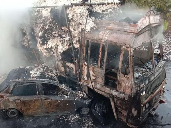 કપાસ ભરેલી ટ્રક અને i 10 કાર વચ્ચે અકસ્માત સર્જાતાં જ બંને વાહનોમાં આગ લાગી હતી