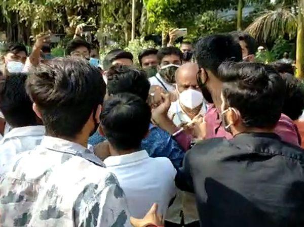 પોલીસે વિદ્યાર્થીઓને છુટા પાડી મામલો થાળે પાડ્યો હતો