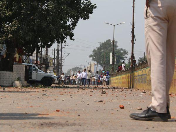 दो समुदायों के बीच हुए पथराव के बाद पुलिस ने उपद्रवियों को खदेड़ा। - Dainik Bhaskar