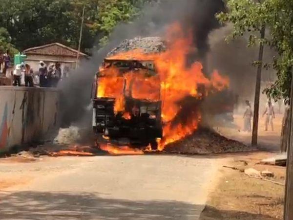 तेंदूपत्ता से लोडेड ट्रक में लगी आग। - Dainik Bhaskar