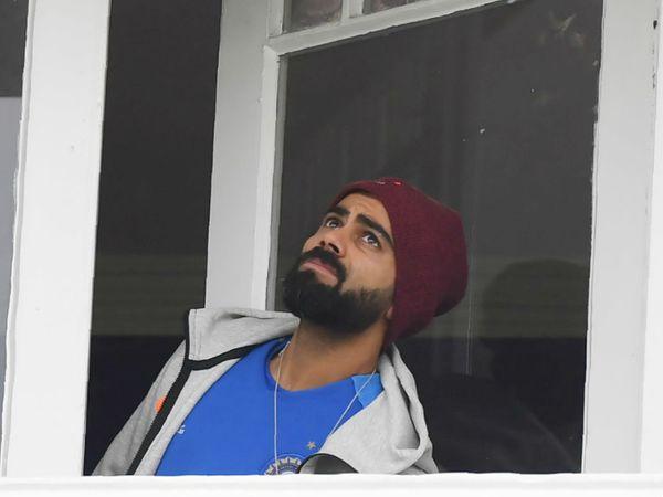 पवेलियन से बारिश के देखते टीम इंडिया के कप्तान विराट कोहली। - Dainik Bhaskar