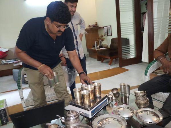 भोपाल लोकायुक्त की कार्रवाई में एक्जीक्यूटिव इंजीनियर के घर पर सोने-चांदी के बर्तन मिले हैं। - Dainik Bhaskar