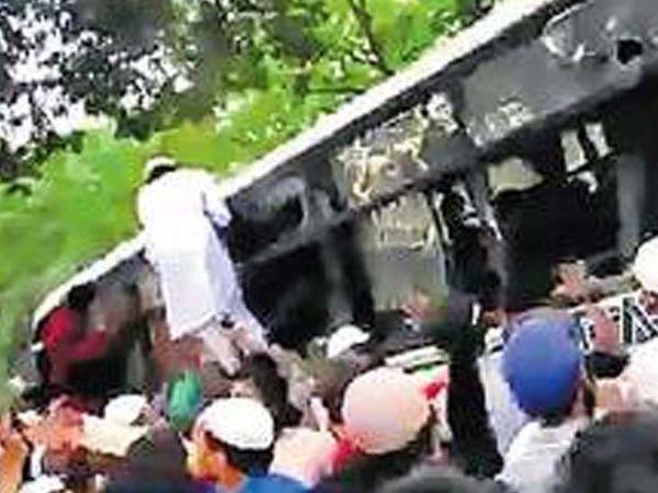 घटना के वीडियो में उपद्रवी बस में तोड़फोड़ करते साफ दिख रहे हैं। - Dainik Bhaskar