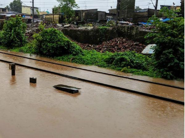 कांजुरमार्ग - विक्रोली के बीच रेलवे ट्रैक पर पानी भरा। - Dainik Bhaskar